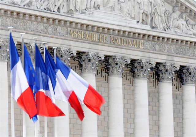 Visuel mire commission - Le peristyle, la colonnade et le fronton du Palais Bourbon avec drapeaux - photo retouchée